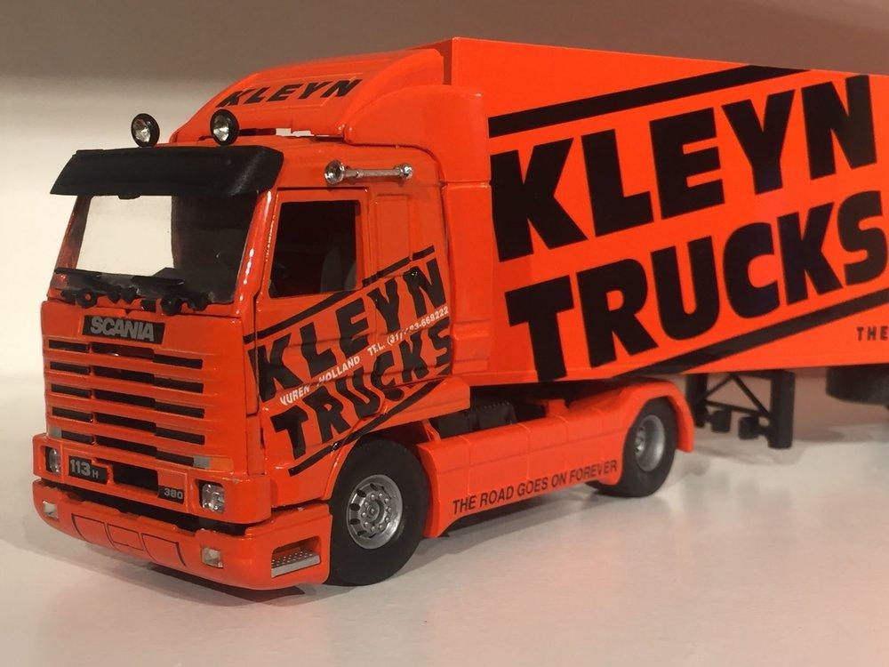 Tekno Tekno Scania 113H streamliner met gesloten oplegger Kleyn trucks