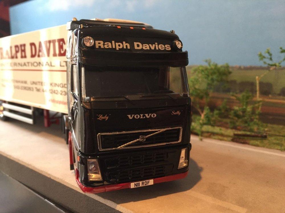 Tekno Tekno Volvo FH 6x2 met 3-as koeloplegger Ralph Davies UK
