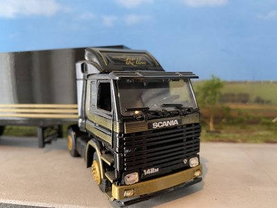Tekno Tekno Scania 142M met gesloten oplegger Scania Top of the line