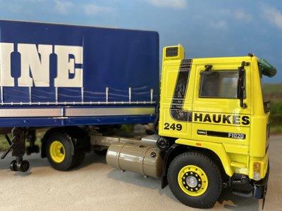 WSI WSI Volvo F12 Globetrotter met classic zeiloplegger Haukes