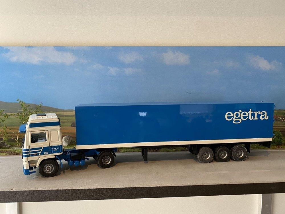 Tekno Tekno Volvo F12 Globetrotter met gesloten oplegger Egetra