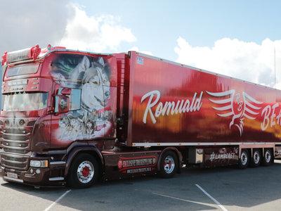 WSI WSI Scania R Topline with refrigerated trailer BEAU Alaskan Malamute