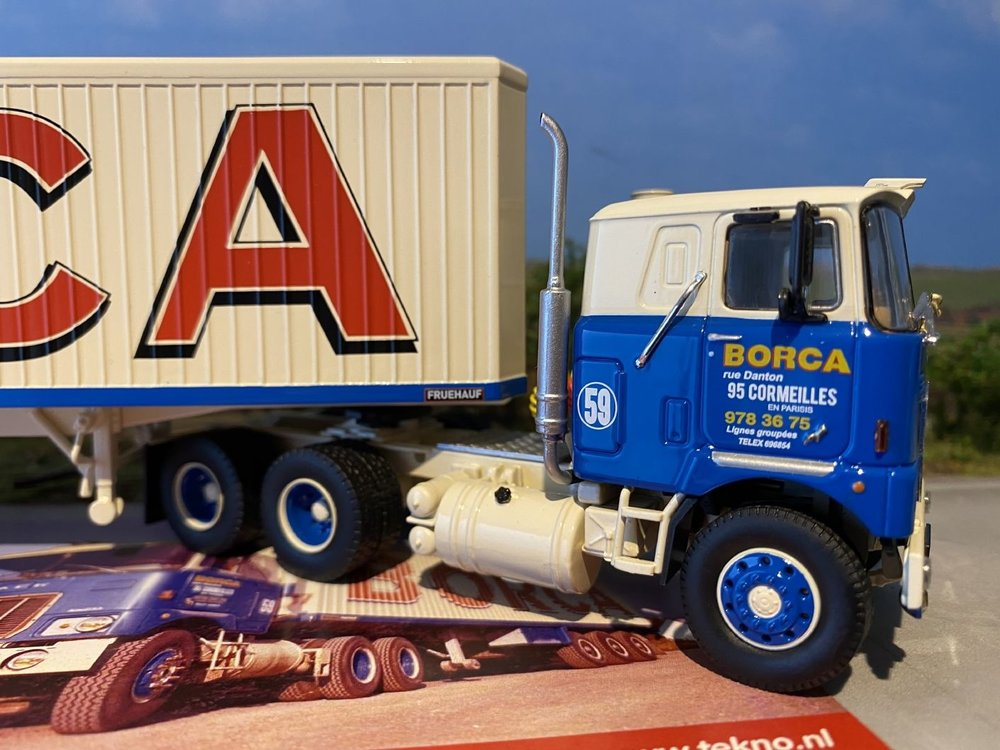 Tekno Tekno Mack F700 met klassieke gesloten oplegger Borca
