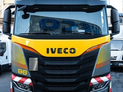 Tekno Tekno Iveco S way met 3 -as volume oplegger Friderici