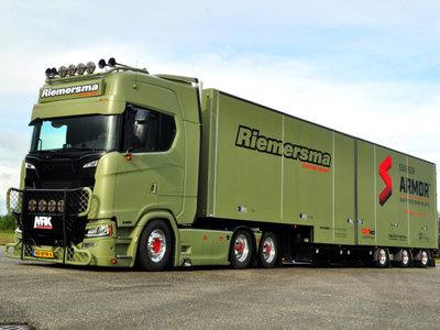 WSI WSI Scania S Highline 6x2 tag axle box trailer- semi 3-axle Riemersma