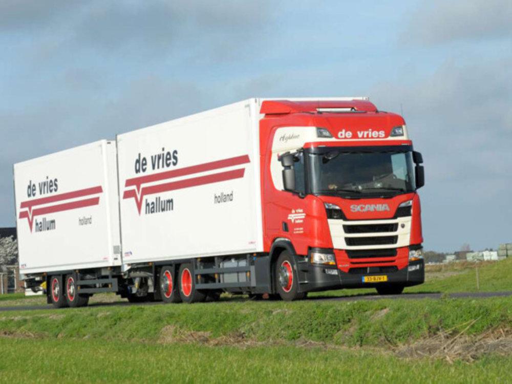 WSI WSI  Scania R Highline 6x2 riged truck box 5-axle de Vries Hallum