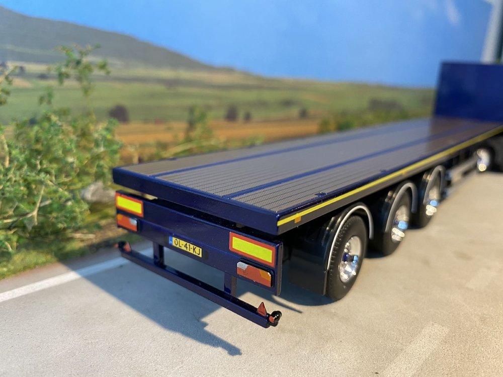 Tekno Tekno Volvo FH04 met Hiab kraan en 3-assige vlakke trailer Falk bouwsystemen