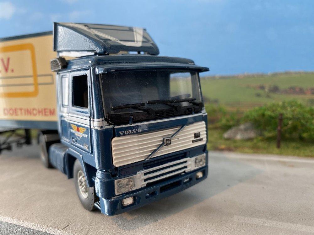 Tekno Tekno Volvo F10 met gesloten oplegger D.J. Middelkoop