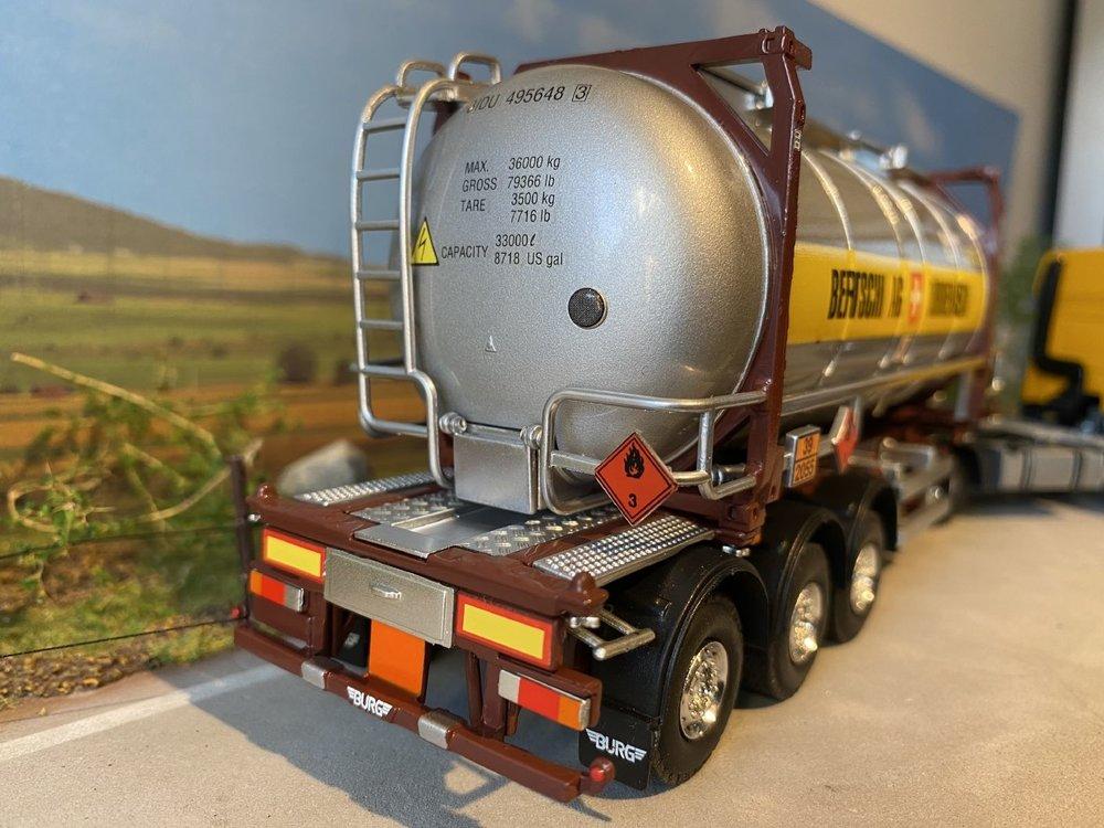 Tekno Tekno DAF CF85 Space Cab met tankcontainer Bertschi AG