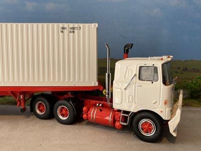 Tekno Tekno Mack F700 6x4 met vlakke oplegger en klassieke 40ft container Mack classic