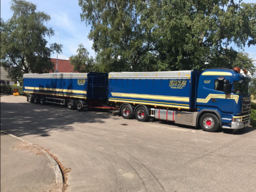 Tekno Tekno Scania R-serie motorwagen met Zweedse aanhanger met resin open bakken HNT
