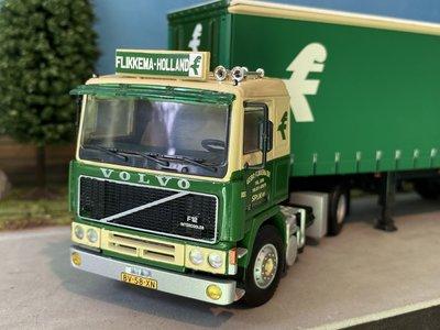 WSI WSI Volvo F12 4x2 met 3-assige schuifzeilen oplegger Flikkema