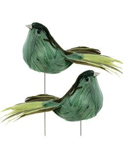 Vogel met veertjes 12 cm.  Hoogte met draad ca. 14 cm. Bruin/Groen per stuk