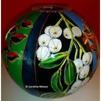 Glazen bolvaas met bloemen en bessen