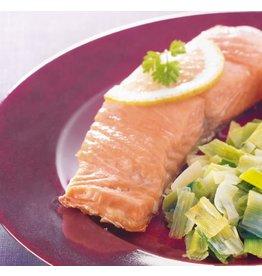 Filet de saumon vapeur poireaux à la crème et baies roses