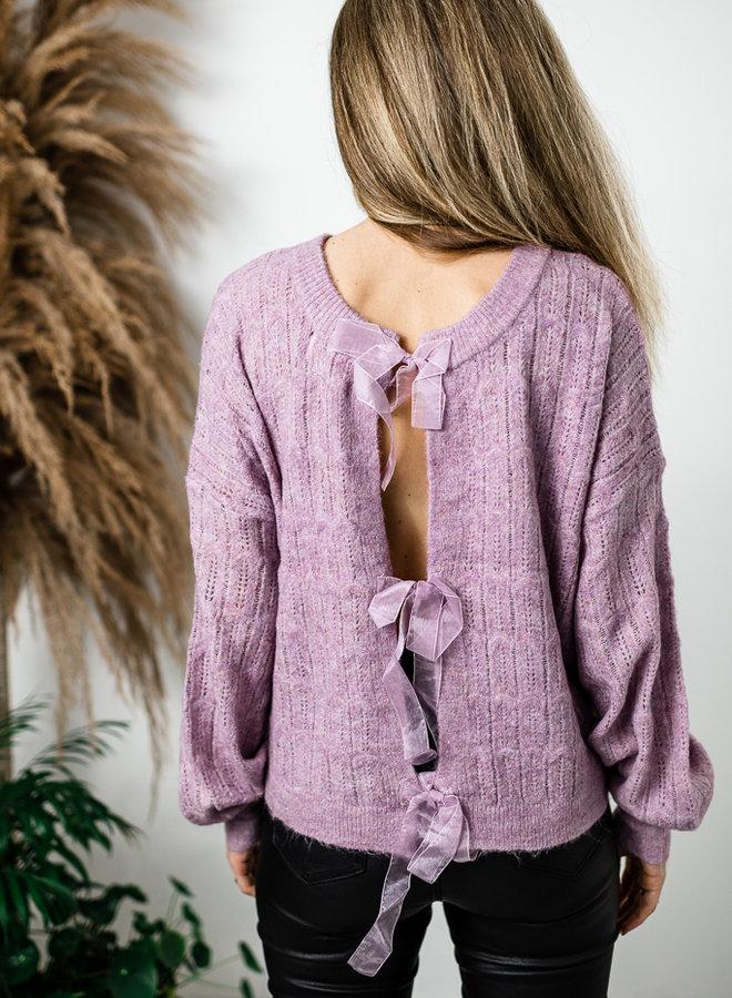 Lila opengebreide trui met zijden strikjes op rug