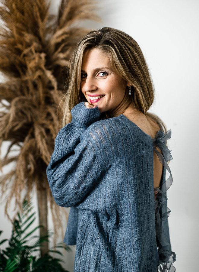 Blauwe opengebreide trui met zijden strikjes op rug
