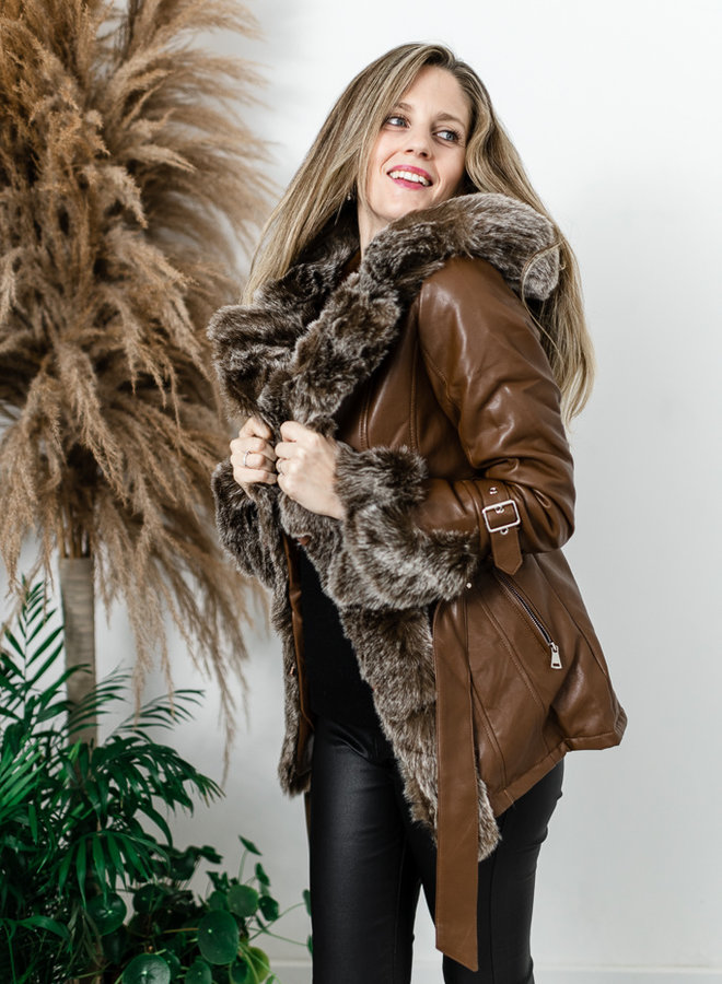 Bruine lederlook jas met faux fur