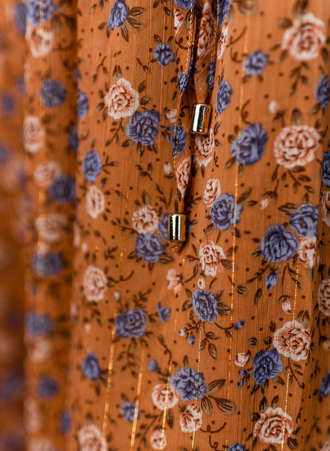 Lang roestbruin kleed met bloemen