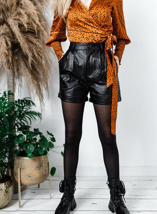 Zwarte lederlook short met knop