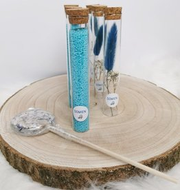 Glazen buisjes gevuld met badzout: blauw