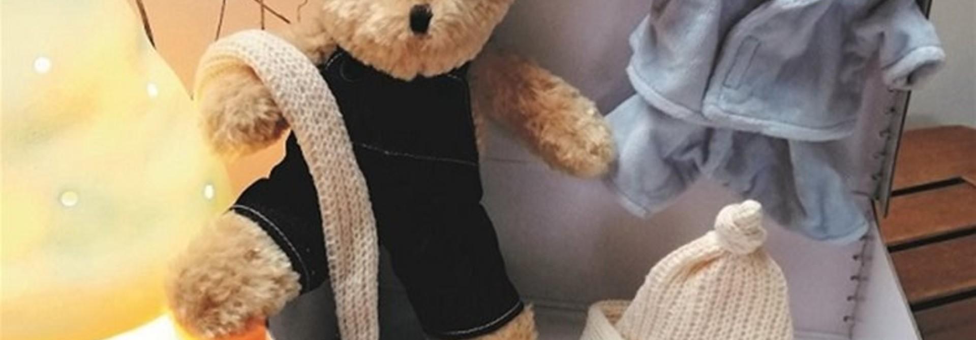 Morris met kleding in koffer