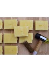 BADA De zeep scrubt onzuiverheden en dode huidcellen weg en stimuleert en verbetert zo de celvernieuwing.
