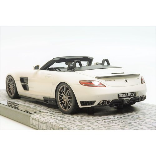 Minichamps Minichamps First Class Edition Brabus 700 BiTurbo Roadster 2013 Pearl Wit 1:18 - Nieuw