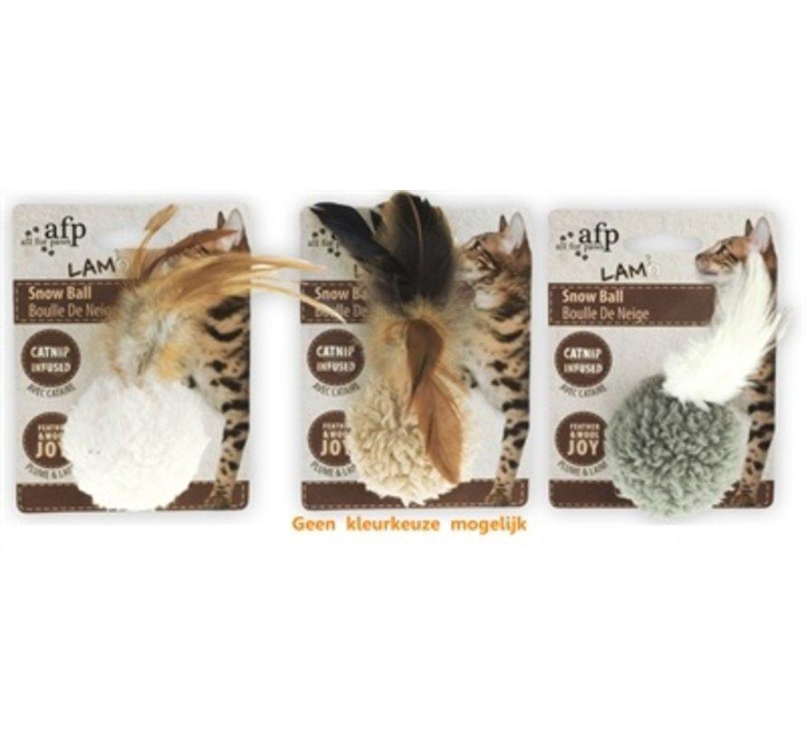 Afp snow ball lamswol met veren en catnip assorti