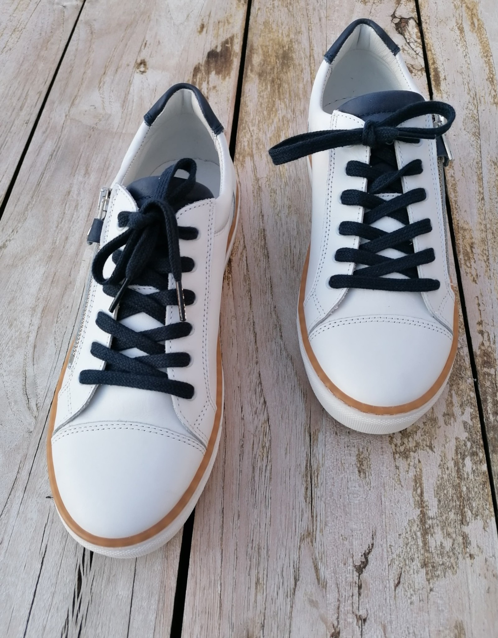 Bana & co Bana  & co witte sneaker met donker blauw
