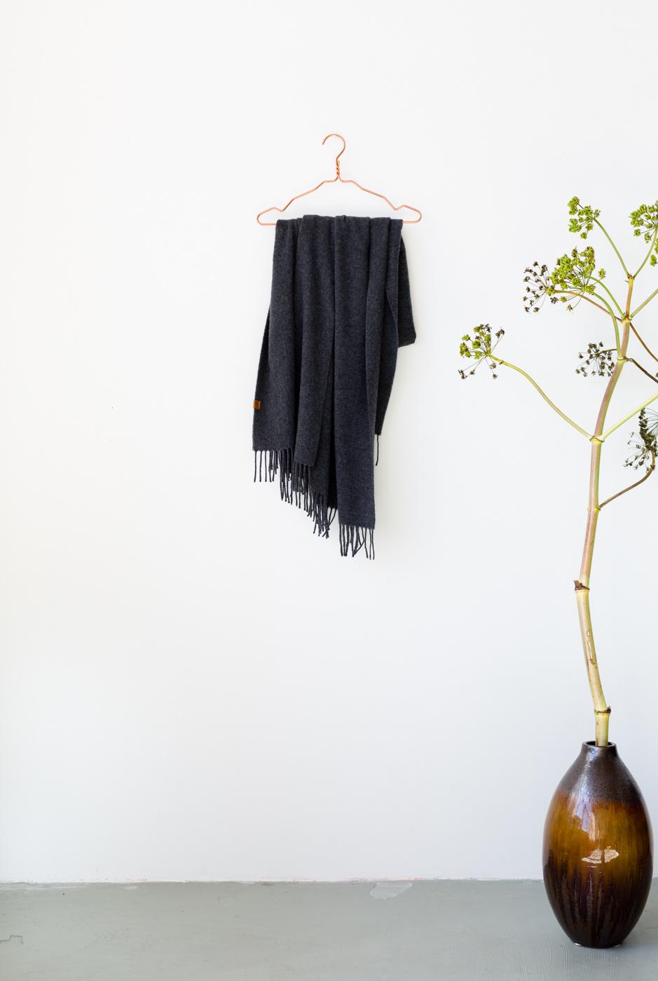 coisa coisa shawl re-wool - dark grey