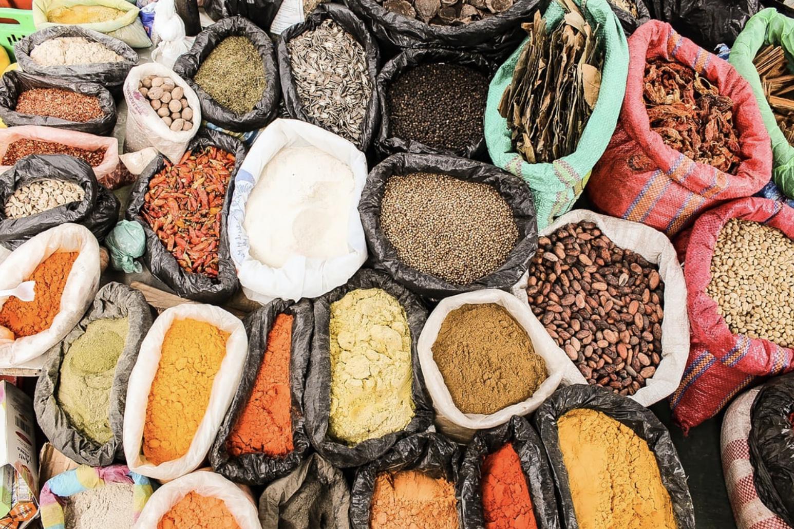 (H)eerlijke kruiden en natuurlijke specerijen zonder additieven, smaakversterkers of bewaarmiddelen.