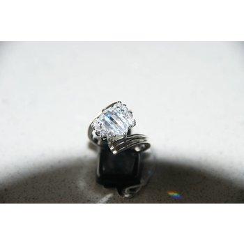 Moderne zilveren ring met zirkonia