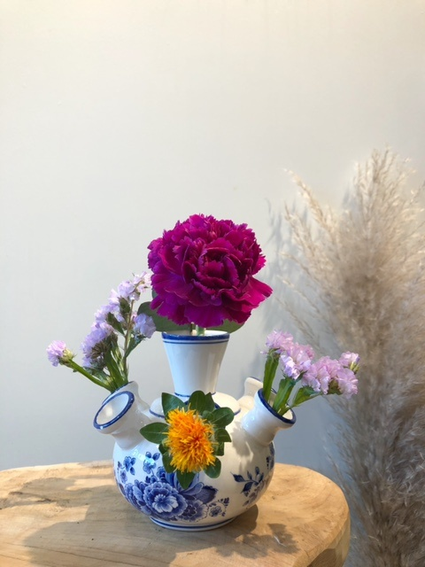 Tulpenvaas op poot met blauwe bloem klein