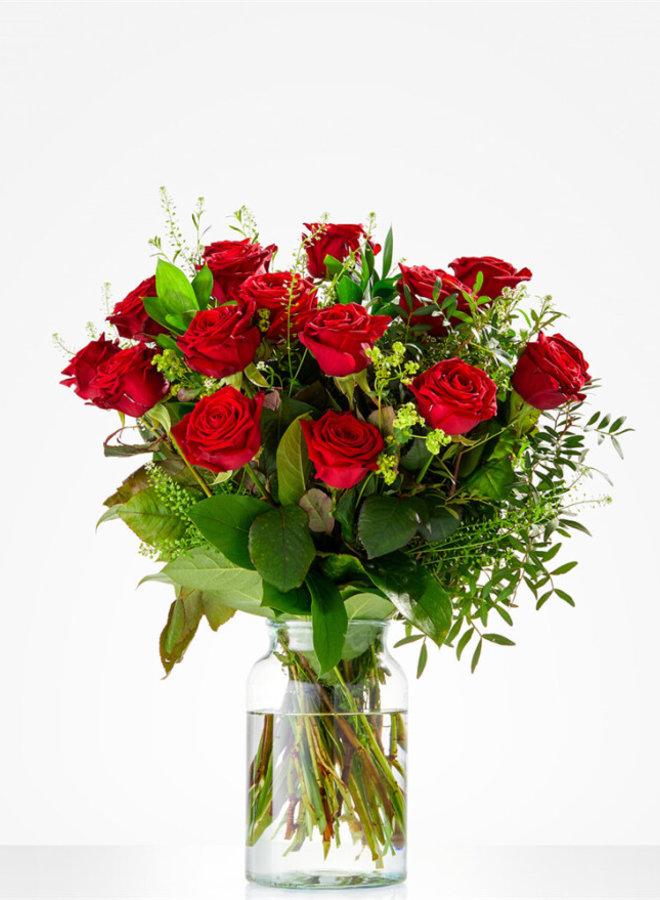 Rode rozen met groensoorten