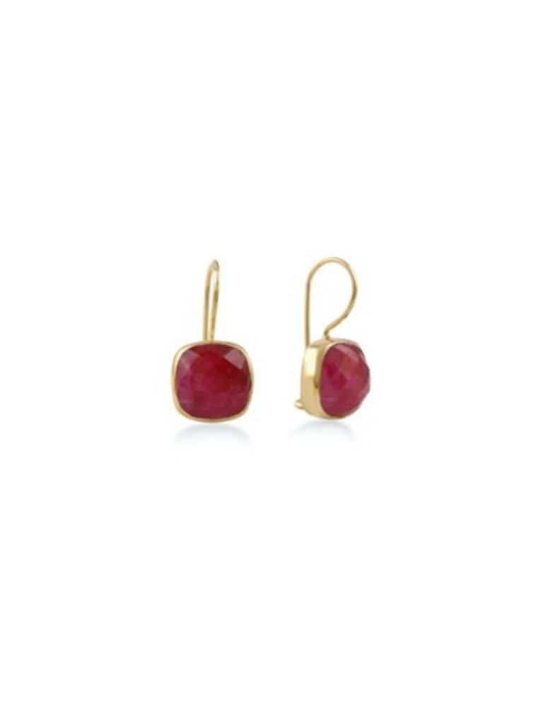 Pscallme Pscallme stone ruby  goldpleated oorbellen