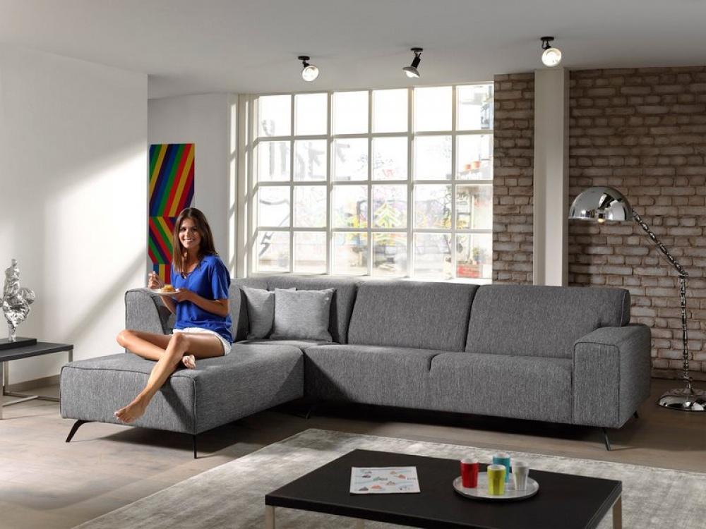 Een vooroordeel over moderne meubelen en minimalistisch design is dat elke ruimte Scandinavisch wit is ingekleed.