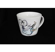 Theemok in pastel kleuren met en Zeeuws meisje met een kopje thee