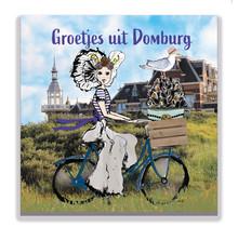 Een Zeeuwse ansichtkaart met een Zeeuws meisje voor het badhotel van Domburg