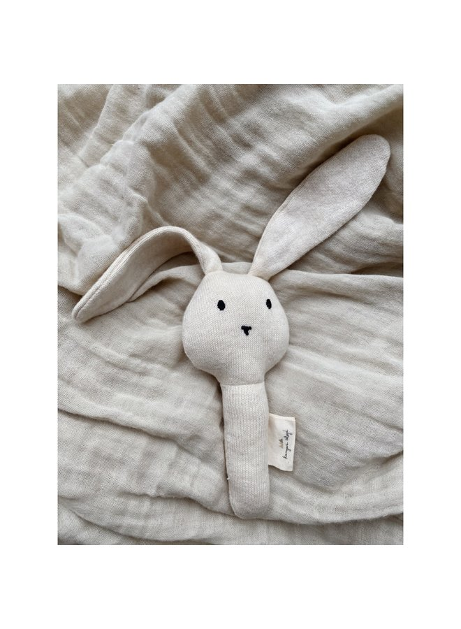 hand rattle rabbit - off white