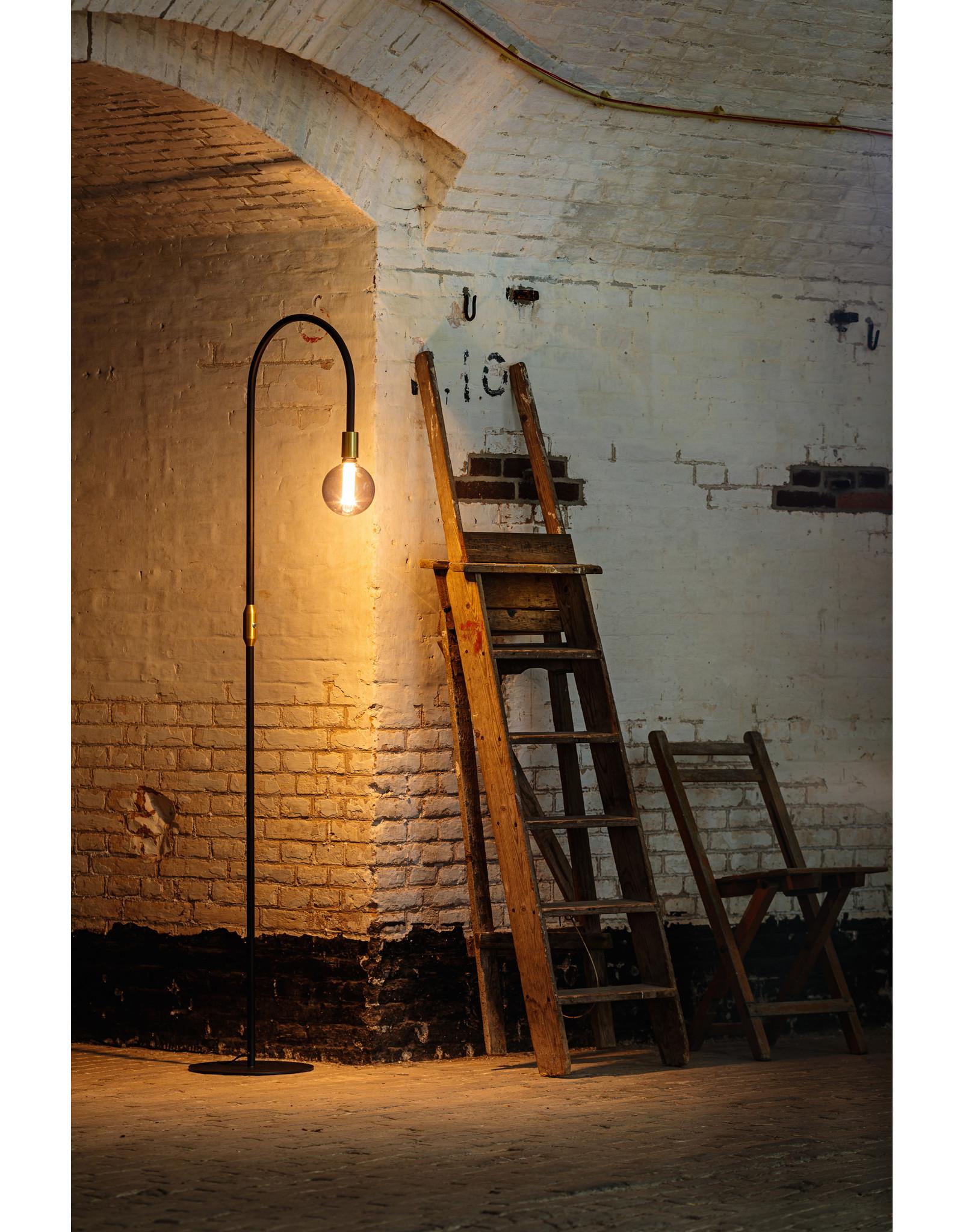 Pike vloerlamp 1x E27 zwart / messing aan/uit