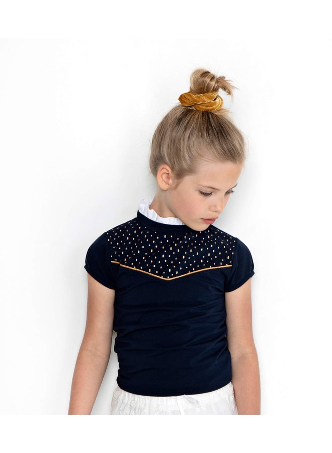 Kim T-shirt s/sl with ruffled collar and small embroidery at chest - Navy Blazer