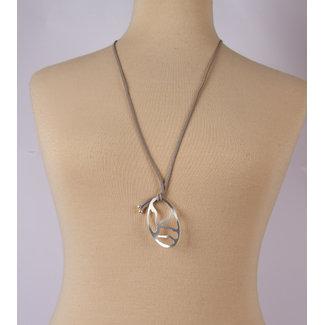 halsketting leer grijs met witmetalen hanger 1