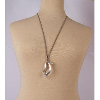 halsketting leer grijs met witmetalen hanger