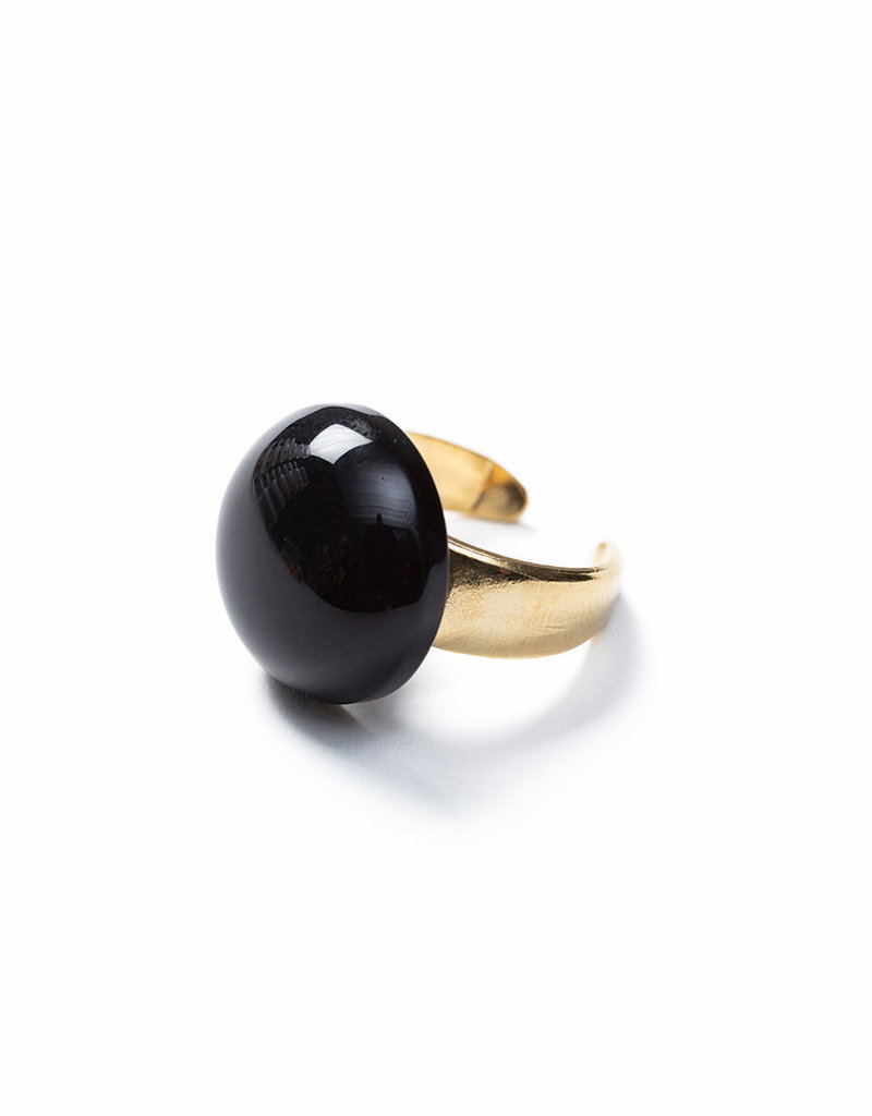 Laurence Delvallez ring zwart