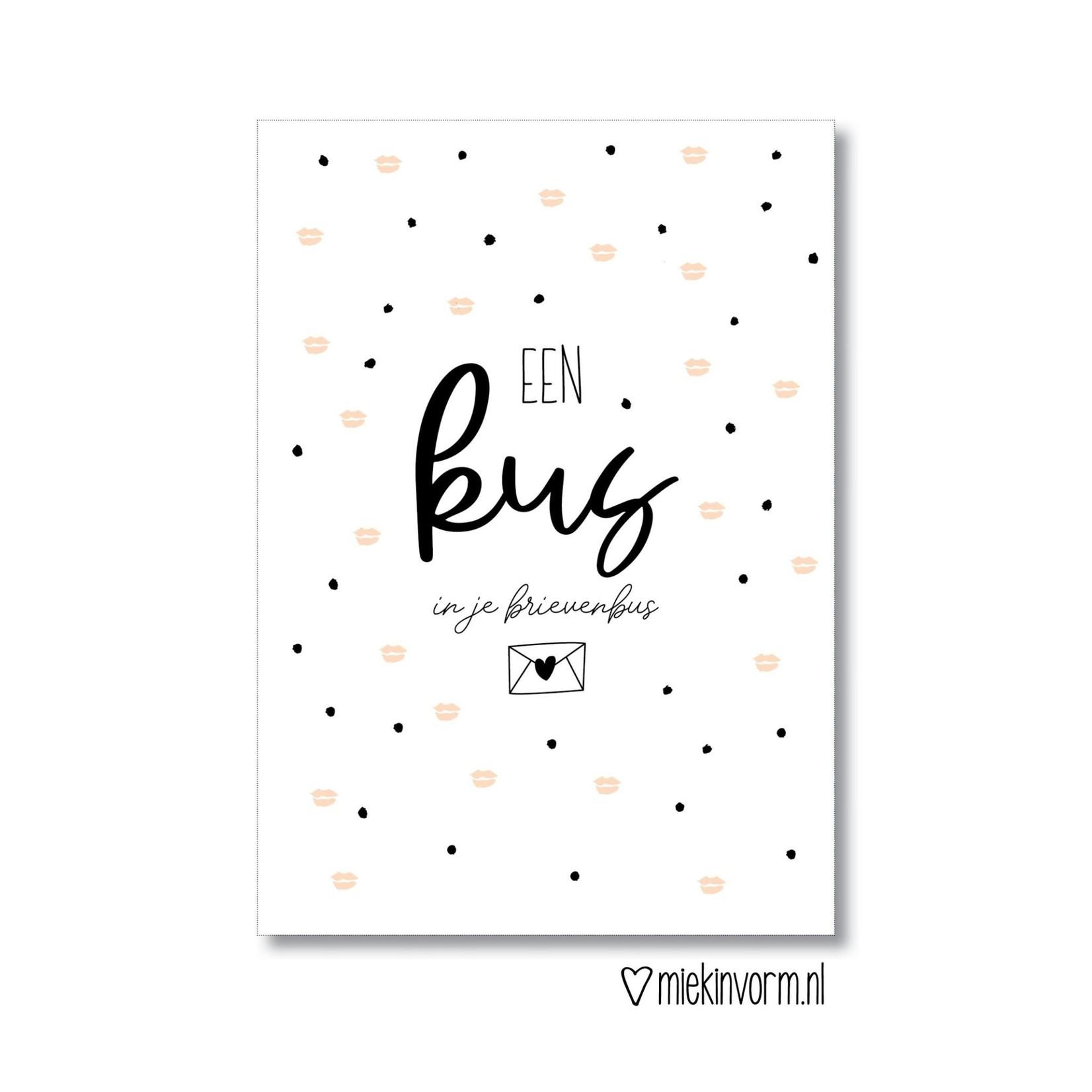 MIEKinvorm Ansichtkaart Een kus in je brievenbus