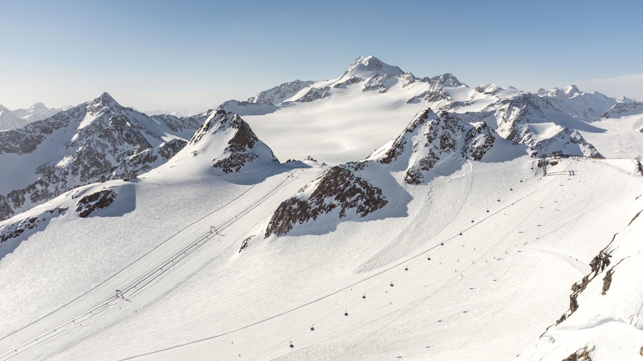 Goed nieuws op deze zonnige dag! Dankzij fantastische sneeuwcondities opent Sölden-Ötztal arena haar eerste pistes op de Rettenbachgletsjer overmorgen 08:00AM sharp