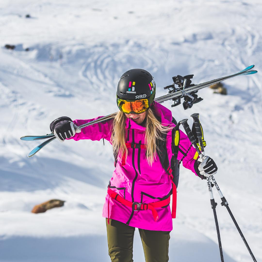 Un Tag in die Jacke von ein Skilehrer
