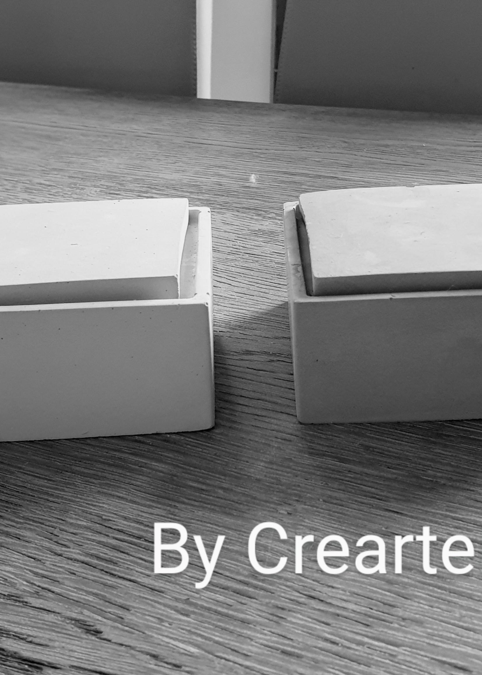 Betonnen vierkant doosje met losliggend deksel