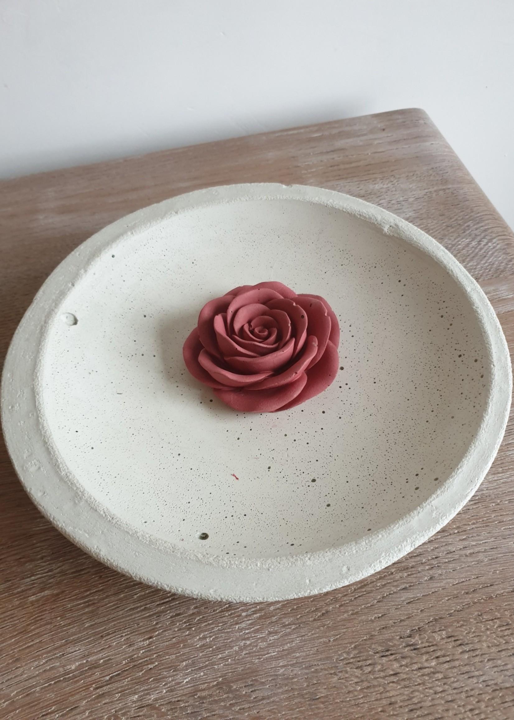 Grote liggende roos in beton - rood